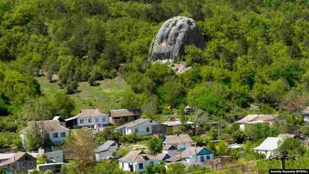 Сельские подворья занимают противоположную от сфинксов сторону долины