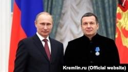 Владимир Путин награждает Владимира Соловьева. Декабрь 2016
