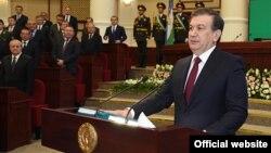 Шавкат Мирзиёев ант берүү учурунда. 14-декабрь, 2016-жыл