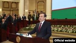 Президент Узбекистана Шавкат Мирзияев приносит народу присягу в торжественной обстановке. Ташкент, 14 декабря 2016 года.