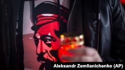 Человек, одетый в футболку с портретом Феликса Дзержинского. Иллюстративное фото.