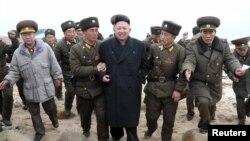 Lideri verikorean, Kim Jong-Un , gjatë vizitës në një bazë ushtarake.