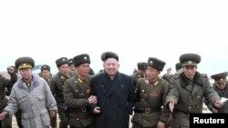 Түндүк Корея лидери Ким Чен Ын аскерлер менен. 7-март, 2013-жыл.