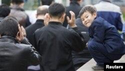 Мешіттегі Құрбан айт намазына еріп келген бала. Алматы, 16 қараша 2010 жыл. (Көрнекі сурет)