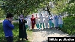 Бишкектеги жугуштуу оорулар ооруканасынын дарыгерлери бейтаптарды узатып жатышат.
