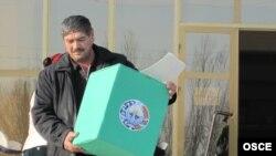 Buharanyň saýlaw komissiýasynyň başlygy parlament saýlawlary wagtynda, Özbegistan, 27-nji dekabr, 2009-njy ýyl.