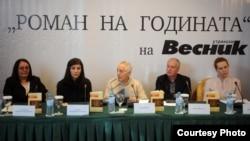"""""""Единаесет жени"""" на Снежана Младеновска – Анѓелков, издание на """"Или – Или"""", е прогласен за Роман на годината за 2011, изборот што по 13-ти пат го организира """"Утрински весник""""."""
