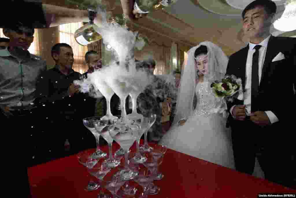 Пирамида из бокалов с шампанским на церемонии бракосочетания.