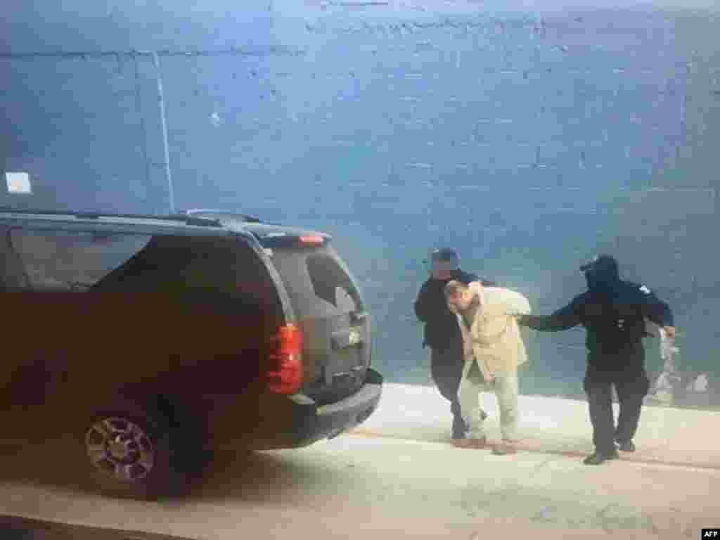 در نهایت پس از چند بار فرار و بازداشت،خواکین گوزمن دو سال پیش،در آخرین روز ریاست جمهوری باراک اوباما و یک روز پیش از آغاز به کار دولت دونالد ترامپ به مقامهای آمریکایی تحویل داده شد. (در تصویر: پلیس مکزیک در حال تحویل دادن الچاپو به ایالات متحده؛ ژانویه ۲۰۱۷)