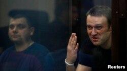Оппозиционер Алексей Навальный (справа) и предприниматель Петр Офицеров в зале суда. Киров, 19 июля 2013 года.
