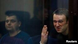 Opozitari rus, Aleksei Navalny dhe i bashkëpndehuri Pyotr Ofitserov gjatë procesit gjyqësor kundër tyre, 19 korrik, 2013