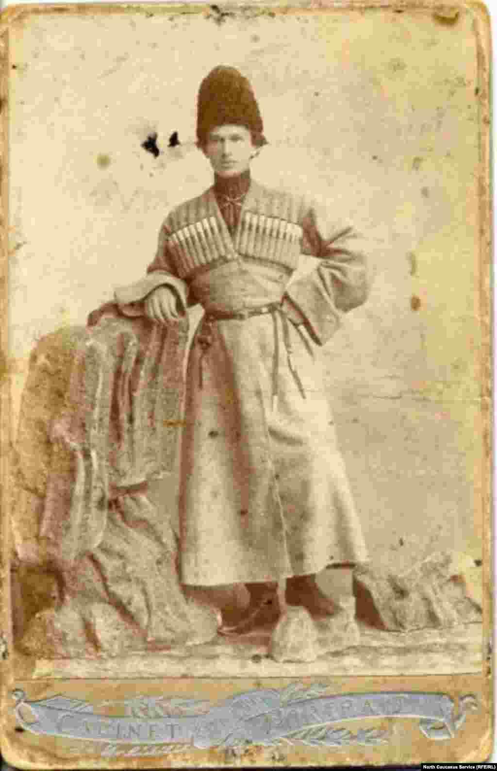 Черкеска подчеркивала стан носителя, заставляя его держать себя в форме.