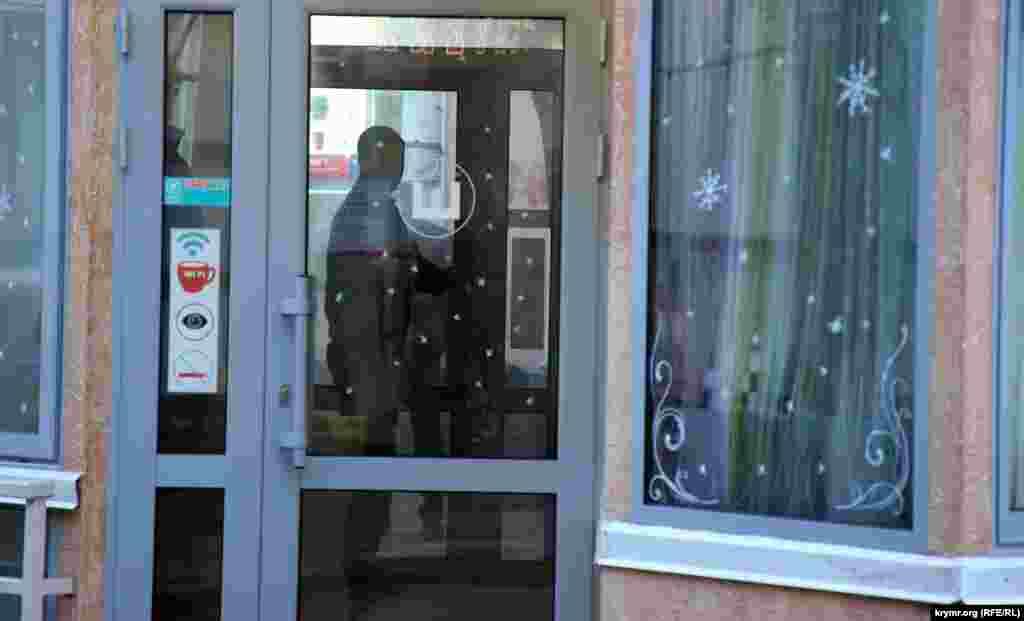 Він доручив своєму заступнику Михайлу Шеремету прислати до кафе півсотні людей і демонтувати об'єкт, якщо власники в черговий раз проігнорують розпорядження.