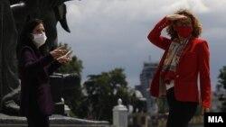 Амбасадорката Кејт Мери Брнс и министерката Радмила Шекеринска за време на прелетот на авионите на САД над Скопје