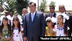 Prezident Emomeli Rahmon uşaqlarla.