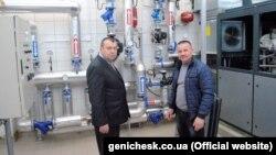 Мэр Геническа Александр Тулупов (справа)