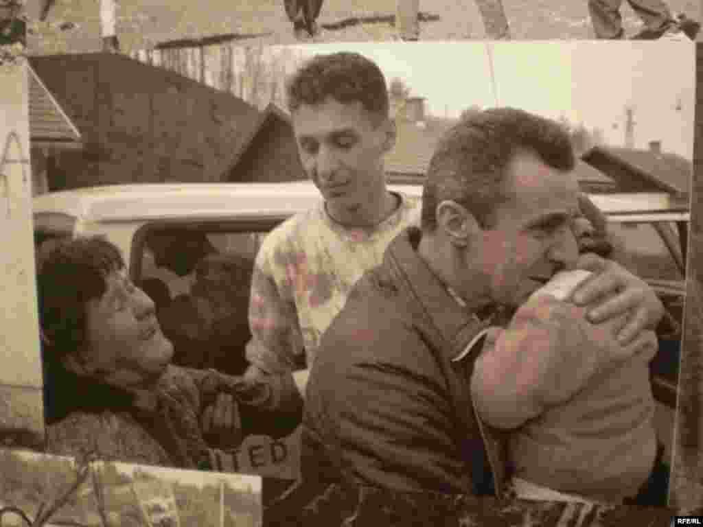 """U povodu 15. obljetnice genocida u Srebrenici, Bosanski kulturni centar u Tuzli organizirao je izložbu fotografija Amela Emrića """"Srebrenica 19952010″. Izložba je zapravo priča o Srebrenici i njenim stanovnicima u periodu mart 1993. - juli 2009. i svjedoči o izbjegličkim konvojima iz Cerske i Srebrenice, padu Srebrenice, preživljavanju u izbjegličkom i povratničkom životu, potragom za nestalima i bolnom 11. julu. Foto:Maja Nikolić"""