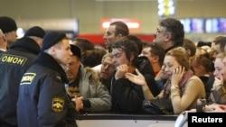 Policija pokušati da se smiri uznemirene putnike na praznim šalterima na aerodromu Domodjedovo, Moskva, 28. decembar 2010.