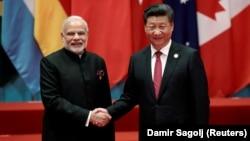 Presidenti kinez, Xi Jinping (djathtas) dhe kryeministri indian, Narendra Modi, foto nga arkivi.