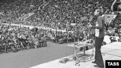 Выступление Евгения Евтушенко на стадионе. 1978 год