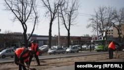 Тошкентнинг Навоий кўчаси трамвай рельсларидан тозаланмоқда