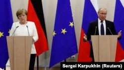 Канцлер Німеччини Анґела Меркель (ліворуч) зустрілася з президентом Росії Володимиром Путіним у Сочі, 18 травня 2018 року