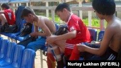 Футбол ойыннан кейін киім ауыстырып жатқан балалар. Алматы, 17 сәуір 2012 жыл.