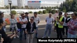 Некоторые из пришедших к акимату Алматы, чтобы выразить поддержку жителям Жанаозена. 4 сентября 2019 года.