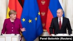 Kancelarja gjermane, Angela Merkel dhe presidenti rus, Vladimir Putin. Fotografi nga arkivi.