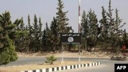 Mənbicdə İŞİD bayrağı