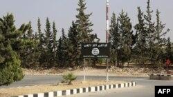 Флаг «Исламского государства» на пути в Манбидж, Сирия.
