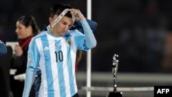رئیس فدراسیون فوتبال فلسطینی پیشتر خواسته بود اگر مسابقه با اسرائیل در بیتالمقدس برگزار شود پیراهنها و عکسهای مسی آتش زده شود.