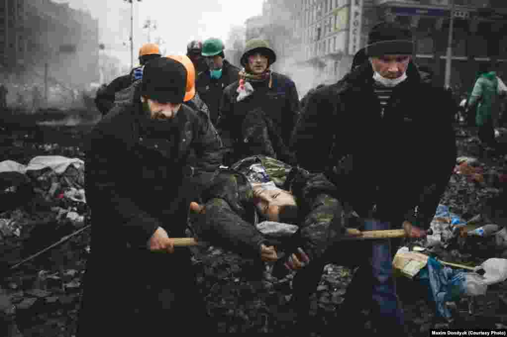 Пострадавших и убитых снайперами выносили из-под обстрела в полевые госпитали.