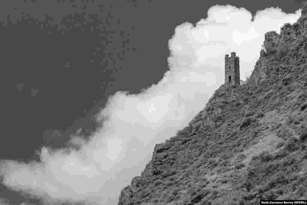 Местные рассказывают, что реставрацией также занимались специалисты из Дагестана. Почетно, но и несколько обидно – в самом Дагестане башни разрушаются, а в соседних республиках реставрируемые твердыни зачастую заковывают в цемент. Они, безусловно, спасаются от разрушения, но прежний вид утрачивают навсегда.