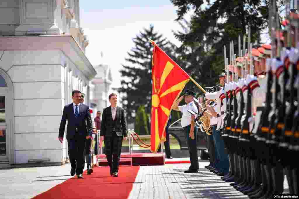 МАКЕДОНИЈА - Северна Македонија и Србија се блиски и пријателски земји со традиционално добри односи, земја со која немаме отворени прашања, изјави премиерот Зоран Заев, по средбата со српската премиерка Ана Брнабиќ. Тој нагласи дека приоритет за двете земји ќе биде продлабочувањето на односите и фокусирање кон иднината.