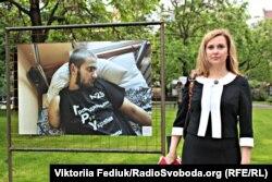 Доповідач ПАРЄ Крістіна Зеленкова біля однієї із робіт на фотовиставці «Донбас: Війна та мир»