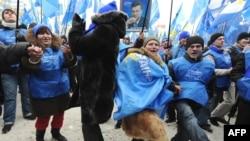 Януковичтин колдоочулары жеңишин майрамдап жаткандагы көрүнүш, 9-февраль, Киев
