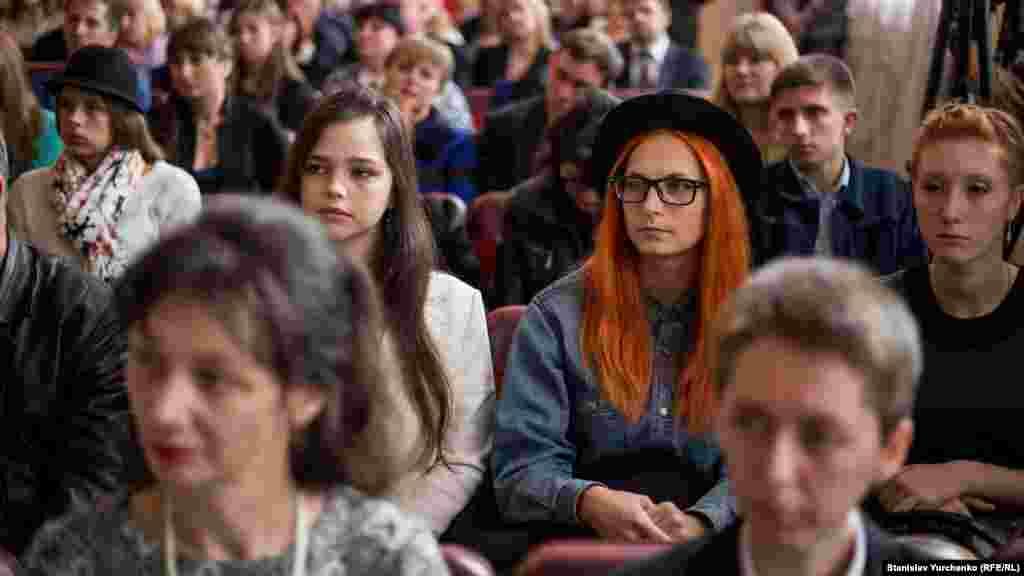 В актовій залі зібралися сотні студентів