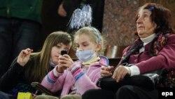 Киевте циркке вирустан қорғанатын маска киіп келген көрермендер. Қаңтар 2016 жыл (Көрнекі сурет).