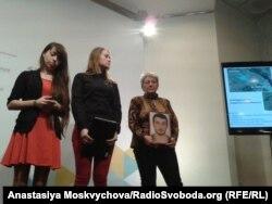Координаторки «Пошукової ініціативи Майдану» Тетяна Слободян та Надія Другова поруч із Іриною Савченко, матір'ю зниклого Сергія Новицького