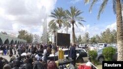 Иностранцы, ожидающие перед аэропортом в Триполи эвакуации из Ливии, 22 февраля 2011