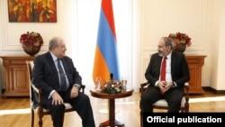Премьер-министр Армении Никол Пашинян (справа) и президент Армении Армен Саркисян, 1 марта 2019 г.