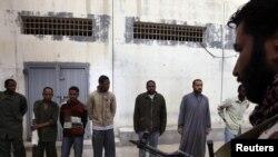 Падазраваныя наёмнікі, захопленыя ў палон паўстанцамі, Бэнгазі, Лібія