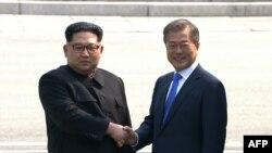 Северокорейский лидер Ким Чен Ын и президент Южной Кореи Мун Чжэ Ин (справа). Пханмунджом, 27 апреля 2018 года.
