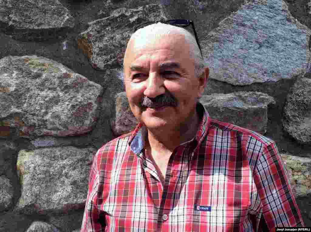 """Шараф Шерзад Мулло Абдол, уважаемая личность в Таджикистане. Известен благодаря деятельности его туристической компании """"Pamir Silk Travel Co"""", общительному характеру и прекрасному знанию английского языка. Преподает основы туризма в Университете Центральной Азии в Хороге."""