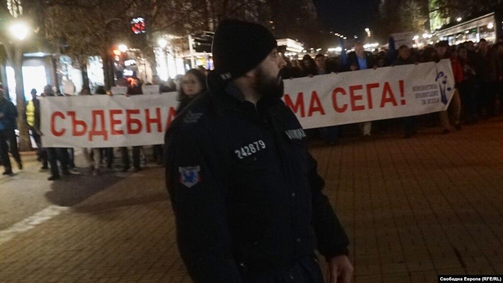 """Шествието поиска съдебна реформа. Организаторите твърдят, че в момента правосъдието позволява """"да ви държат в ареста с месеци"""", защото прокуратурата прилага """"модел"""" от времето на Андрей Вишински, главния прокурор на Сталин. Могат всичко, но все още не владеят съда, се казва в призива на организаторите."""