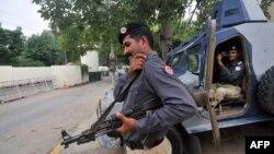 Personeli i sigurisë pakistaneze bënë roje para konsulatës amerikane në Lahore, Pakistan, 5 gusht 2013