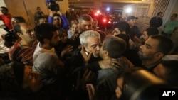 Ливан - Сириядагы барымтадан бошотулган тогуз жаранды жакындары тосуп алууда. Бейрут, 19-октябрь, 2013.
