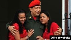 Президент Венесуэлы Уго Чавес с дочерьми Марией и Розой.
