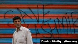 """""""Spasite Kašmir"""", jedan od grafita u Srinagaru, Kašmir"""